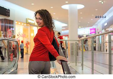 beau, debout, femme, escalator, jeune, grand, magasin
