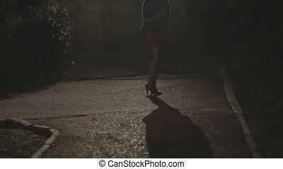 beau, debout, femme, parc, jeune, sombre, talons, court, nuit, seul, jupe