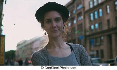 beau, debout, femme, rue., jeune regarder, sourire., appareil photo, femme, portrait, élégant, chapeau, heureux