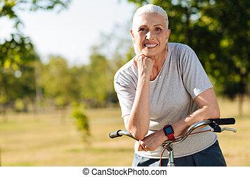 beau, debout, femme, Vélo, elle, ravi, personne agee