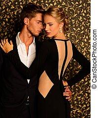 beau, debout, mur, couple, contre, résumé, bien-habillé
