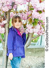 beau, debout, peu, cerise, japonaise, suivant, fleurir, girl, préscolaire