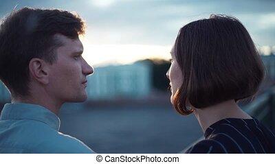 beau, debout, pont, couple, jeune regarder, coucher soleil, heureux