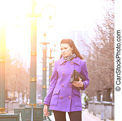 beau, debout, pourpre, manteau, parc, sac main, girl, route