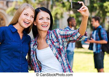 beau, debout, selfie, hommes, jeune, confection, deux, conversation, quoique, attraper, moment., fond, chaque, fin, femmes, autre, heureux