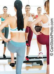 beau, debout, trois, ensemble, jeune, quoique, contre, aérobic, miroir, étape, sourire, vêtements de sport, aerobics., femmes