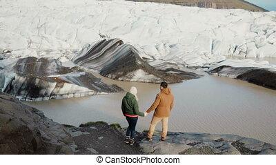 beau, debout, vatnajokull, islande, couple, jeune, glace, lac, regarder, rivage, lagune, glaciers.