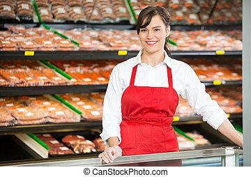 beau, debout, vendeuse, magasin, compteur, boucher