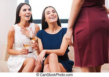 beau, deux, sourire, robe, debout, elle, jeune regarder, leur, tenue, robes, vous, ami, les, soir, projection, great!, devant, femmes, quoique, lunettes vin