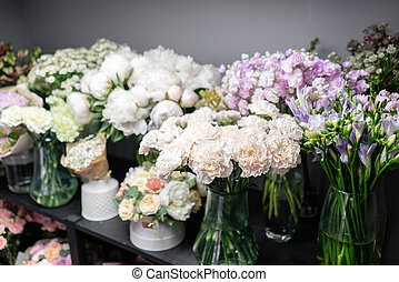 beau, différent, fleur, coloré, famille, vitrine, printemps, copie, shop., espace, business., fleurs, vases, petit, florist., travail, bouquets.