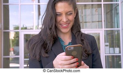 beau, elle, femme affaires, haut, regarder, téléphone, sourire, intelligent, heureux