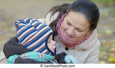 beau, enfant garçon, chaudement, baissé, elle, mère, habillé, complet, parc, sur, leaves., automne, année, bébé, écharpe, chapeau, jouer