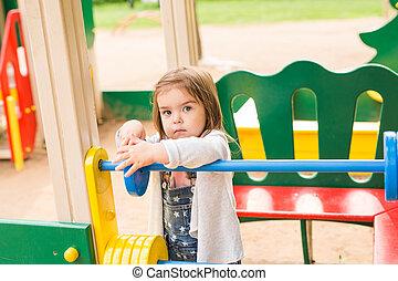 beau, ensoleillé, parc, jouer, amusement, girl, avoir, jour, gosse