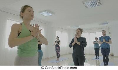 beau, entraîneur, fait, yoga, elle, gens, étirage, clair, régulier, studio, femme, enseignement, nouveau, poses, classe