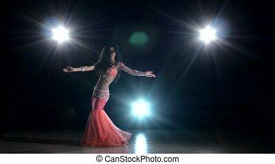 beau, exotique, danse, danse, lumière, dos, continuer, ventre, noir, danseur fille