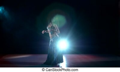 beau, exotique, danse, danse, lumière, fumée, dos, continuer, ventre, noir, danseur fille