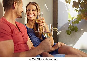 beau, extérieur, couple, jeune, patio., apprécier, vin