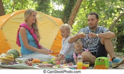 beau, famille, mange, sur, les, nature, avoir pique-nique, dans, les, forêt