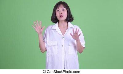 beau, femme affaires, asiatique, expliquer, heureux, quelque chose