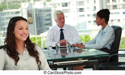 beau, femme affaires, collègues, fond, portrait
