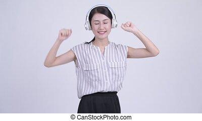 beau, femme affaires, coupable, regarder, musique, asiatique, écoute