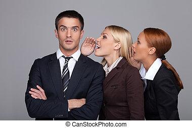 beau, femme affaires, deux, jeune, ligne., commérage, commérages, dire, homme affaires