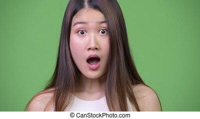 beau, femme affaires, jeune, choqué, regarder, asiatique