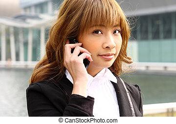 beau, femme affaires, téléphone, à, bâtiment moderne