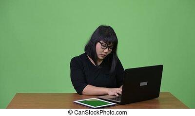 beau, femme affaires, travail, multi-tasking, asiatique