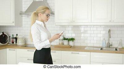 beau, femme affaires, utilisation, téléphone