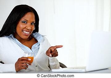 beau, femme afro-américaine, ordinateur portable, pointage
