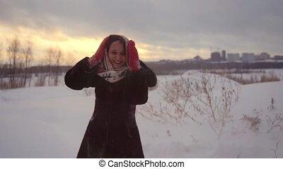beau, femme heureuse, hiver, neigeux, nature, avoir, mouvement, rotation, lent, dehors, amusement, pendant, sunset., joyeux, 1920x1080, autour de