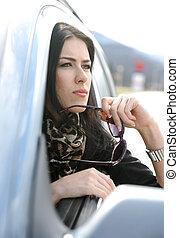 beau, femme, regarder, fenêtre, par, séduisant, voiture