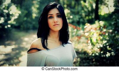 beau, femme souriante, forêt