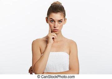 beau, femme souriante, pensée, isolé, haut, regarder, arrière-plan., spa, towels., caucasien blanc, heureux