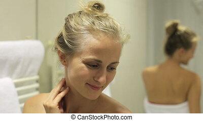 beau, femme souriante, salle bains