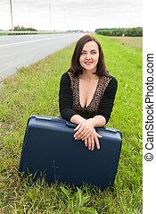 beau, femme souriante, valise