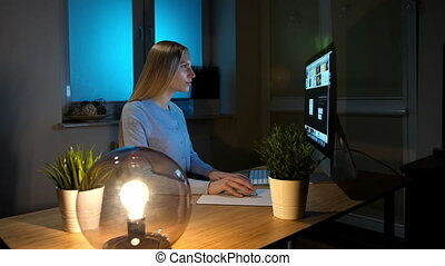 beau, femme, sphère, informatique, blonds, maison, table, habillement, regarder, lit, lampe, computer., attentivement, séance femme, décontracté, chaud, concentrer, bois, brouter, petit, night.