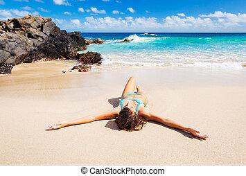 beau, femme tropicale, plage, délassant
