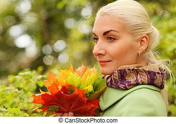 beau, feuilles automne, femme