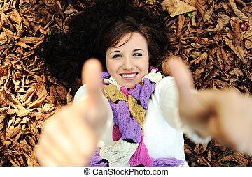beau, feuilles, haut, jeune, automne, pouces, automne, girl, mensonge