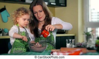 beau, fille, famille, préparer, kitchen., pâte, mère, enseigne, heureux