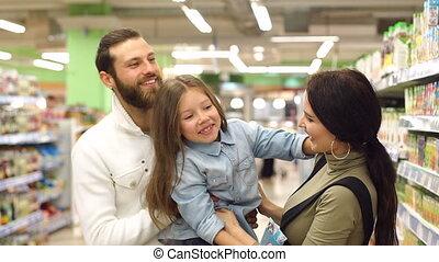 beau, fille, leur, supermarket., bonbons, parents, choisir