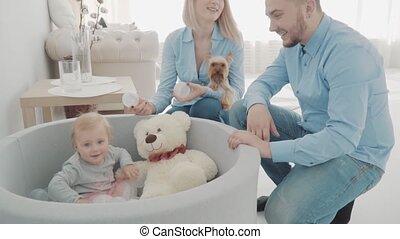 beau, fille, peu, lent, chien, ours, mouvement, leur, parents, balls., jouer, heureux