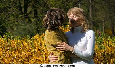 beau, fille, printemps, personnes agées, regarder, appareil photo, adulte, mère, sourire, après-midi