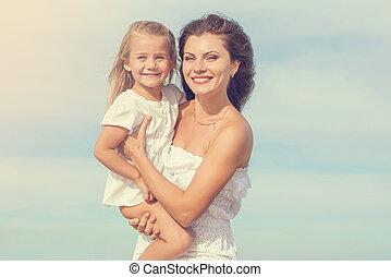 beau, fille, temps, mère, apprécier, plage, heureux