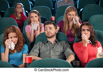 beau, film regardant, hommes, jeune regarder, quoique, séance, cinéma, pleurer, drama., pendant, percé, femmes