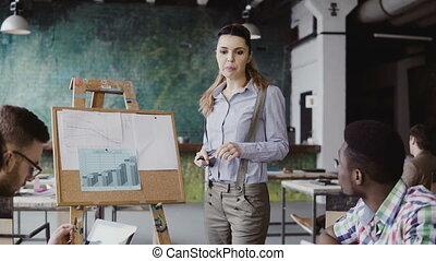 beau, financier, multiethnic, work., bureau., jeune, directeur, motivates, présentation, femme, équipe, données, éditorial, grenier