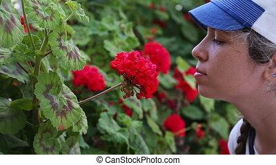 beau, fleurs, femme, jeune, sentir