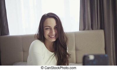 beau, footage., 20s, lent, elle, jeune, selfie., mouvement, femme, sourire, marques